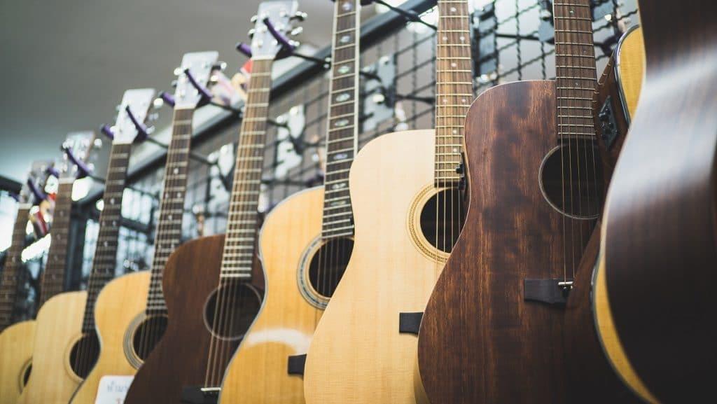 Exhibición de guitarras acústicas en una tienda de música, el principal canal de comunicación con los clientes en este modelo.